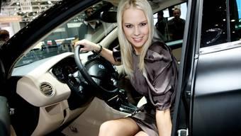 Sexy Autolenkerin - Linda Fäh am Autosalon