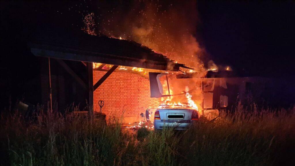 Betrunkener Autofahrer fährt in Scheune und verursacht Brand