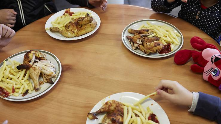 Schweizer Esser und Esserinnen mögen Poulet: Während der Fleischabsatz insgesamt gesunken ist, wurde im vergangenen Jahr mehr Hühner- und Hähnchenfleisch verkauft. (Symbolbild)