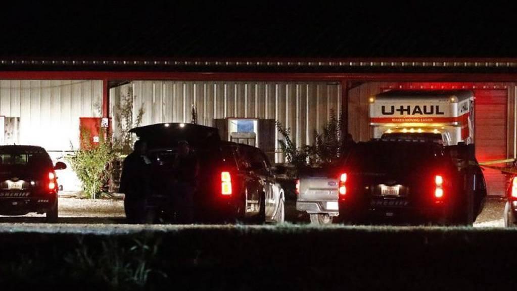 Die Szene ausserhalb des Veranstaltungsortes in Greenville, Texas, nach der Schiesserei, bei der mindestens zwei Personen ums Leben kamen.