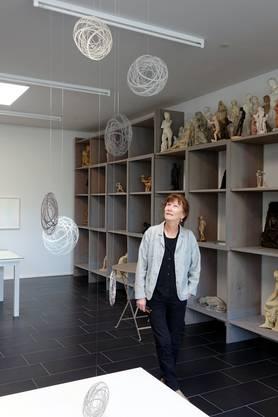 Ursula Rutishauser vor ihrem Mobile 'chanching spheres' im Eduard Spörri Museum Wettingen (Bild ub) 1