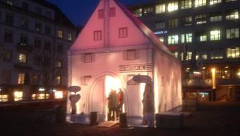 Im Zelt wird Grosses und Kleines aus den Ausstellungen gezeigt.