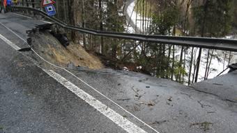 Die Kantonsstrasse zwischen Frutigen und Adelboden BE ist nach einem Murgang zerstört.