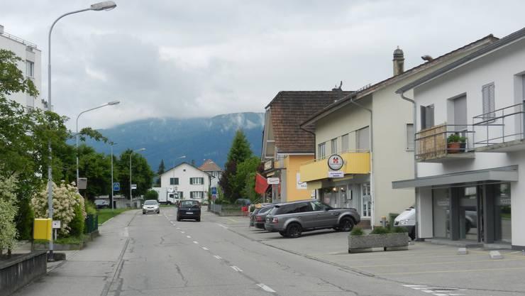 Das Überqueren der Bleichenbergstrasse ist für die Kinder schwierig, weil die Sichtverhältnisse ungenügend sind.