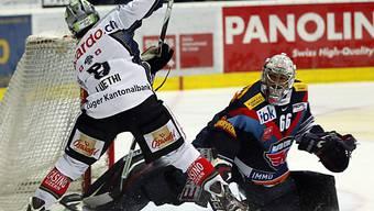 Zugs Stürmer Fabian Lüthi gegen Klotens Goalie Ronnie Rüeger.