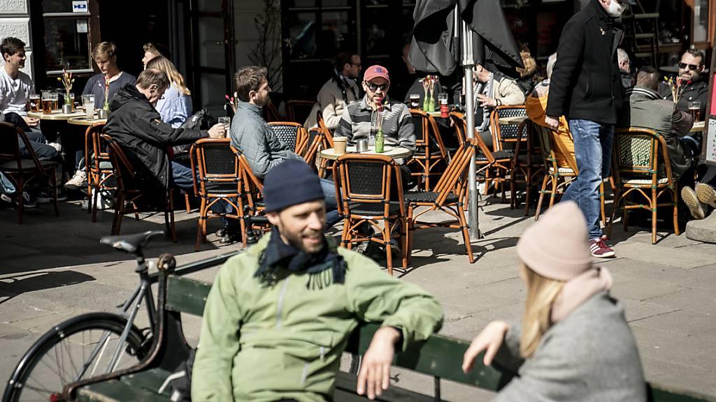 Menschen sitzen im belebten Außenbereich eines Cafés in Kopenhagen. Foto: Mads Claus Rasmussen/Ritzau Scanpix/dpa