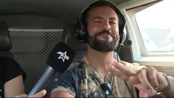 Vor seinem Auftritt darf sich Sänger Bligg ins Kleinflugzeug setzen und es sogar selber steuern.