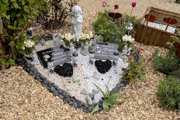 Viele Gräber sind kunstvoll geschmückt, fast wie auf einem «richtigen» Friedhof.