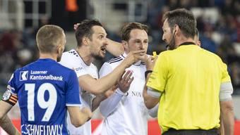 Hitzige Diskussionen: Kuzmanovic und Zuffi können nicht glauben, dass Schiri Hänni das Tor zurücknimmt.
