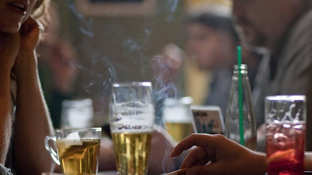 E-Zigaretten-Rauchen soll gemäss Zürcher Kantonsräten beim Jugendschutz bald gleich streng ausgelegt werden wie Rauchen von Zigaretten.