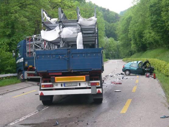 Die Autofahrerin hatte gegen den Lastwagen keine Chance.