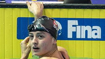Lisa Mamié blickt nach dem Vorlauf über 200 m Brust zur Anzeigetafel