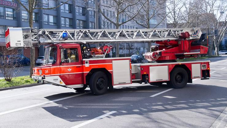 Ausrückendes Löschfahrzeug der Feuerwehr Basel. (Symbolbild)