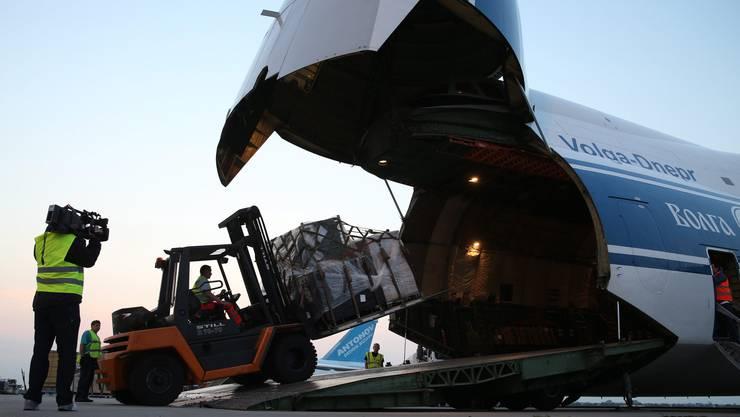 Das Antonov-Transportflugzeug wird in Leipzig mit Militärgütern beladen.