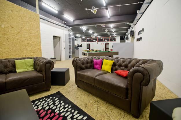 Lounge mit Sofas und Salontisch