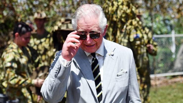 Prinz Charles fährt E-Rikscha in Indien