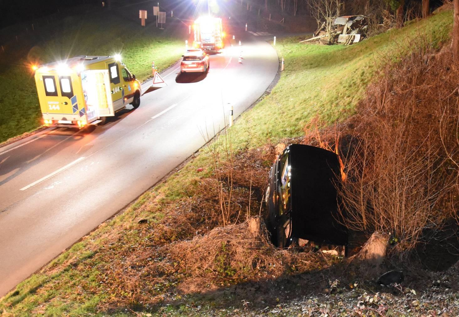 Der 33-jährige kam mit seinem Wagen von der Strasse ab und landete in einem Bachbett.