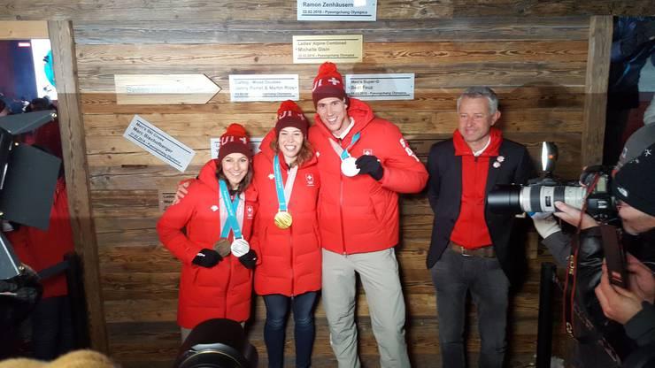Gold, Silber und Bronze an einem Morgen: So glücklich sehen Wendy Holdener, Michelle Gisin und Ramon Zenhäusern an der Medaillenfeier im House Of Switzerland aus.