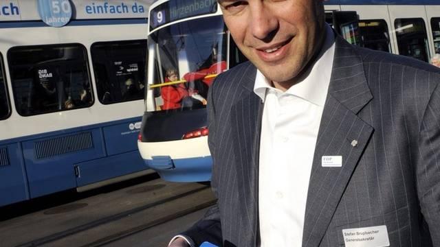 FDP-Generalsekretär Stefan Brupbacher sammelt nicht nur selber Unterschriften, seine Partei heuert auch Sammelprofis an (Archiv)