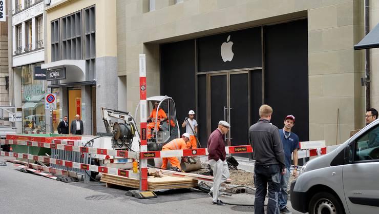 Der Basler Apple Store in der Freie Strasse ist von aussen schon fast fertig und das Logo prangt auch schon auf der Fassade.
