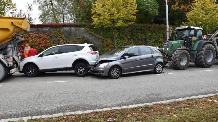 Durch die Kollision wurden alle Fahrzeuge zusammengeschoben.