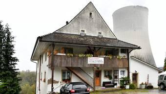 Heute befindet sich direkt hinter der alten Papiermühle der Kühlturm des KKG.