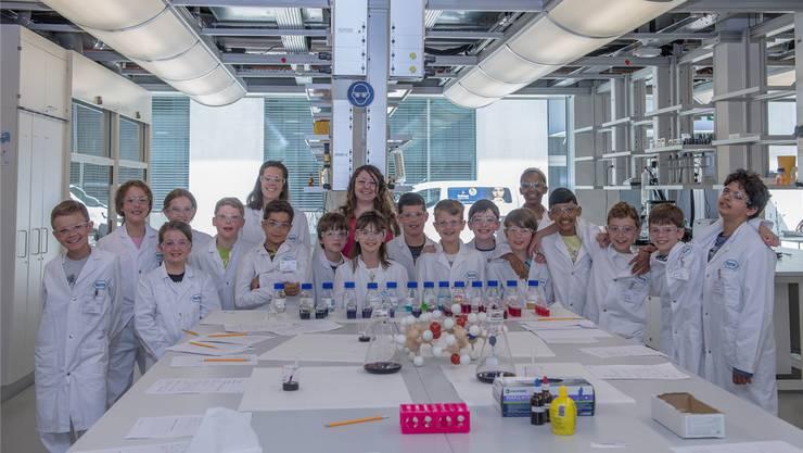 Eine Primarschulklasse aus Binningen BL brachte dem «Experio Roche Schullabor» den zehntausendsten Besucher. ZVG