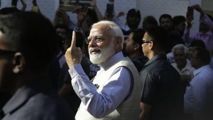 Indiens Regierungschef Narendra Modi gab seine Stimme in seinem Heimatstaat Gujarat ab.