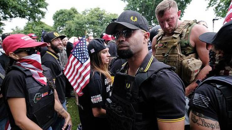 Enrique Tarrio (mit Sonnenbrille) bei einer Demo in Portland. Die Uniform der Proud Boys besteht aus schwarz-gelben Fred-Perry-Polos.