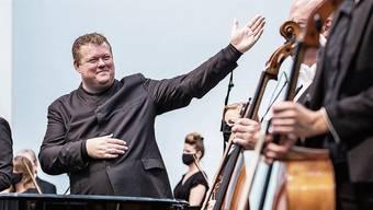 Ein zufriedener Chefdirigent: Rune Bergmann gratuliert mit grosser Geste seinem Orchester.