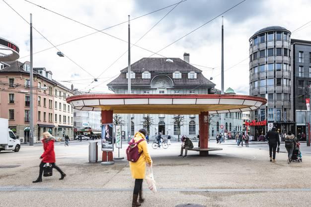 Das Tramwartehäuschen ebenfalls im Bauhaus-Stil