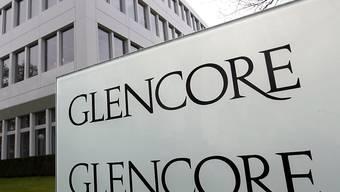 Hohe Abschreibungen belasteten im vergangenen Jahr den Gewinn des weltweit tätigen Bergbaukonzerns Glencore. Den Aktionären will die Gruppe mit Sitz in Baar dennoch eine zum Vorjahr unveränderte Dividende bezahlen.(Archivbild)