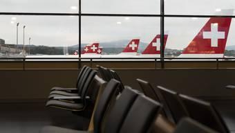 Parkierte Flugzeuge und leere Sitzplätze am Flughafen Zürich.
