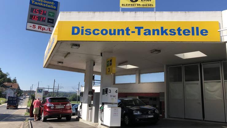 Die Discount-Tankstelle in Holderbank ist die günstigste: Sie bietet den Liter Benzin Bleifrei 95 für 1,489 Franken an.
