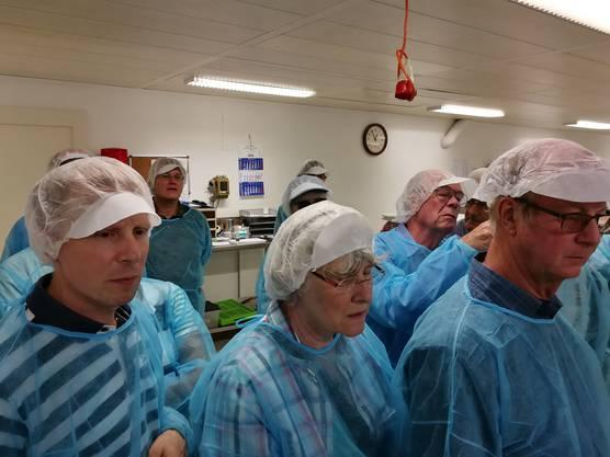Schutzkleidung ist bei der Besichtigung der Nordfisch AG ein Muss