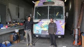 Lucas Gross und Adrian Keller vor ihrem rollenden Projekt, das noch viel zu bunt daherkommt.