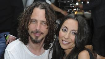 Chris Cornell mit seiner Ehefrau Vicky kurz vor seinem Tod: Die Witwe musste einen Aufruf des Friedhofs veröffentlichen, damit die Fans ihres verstorbenen Mannes die Totenruhe wahren. (Archivbild)