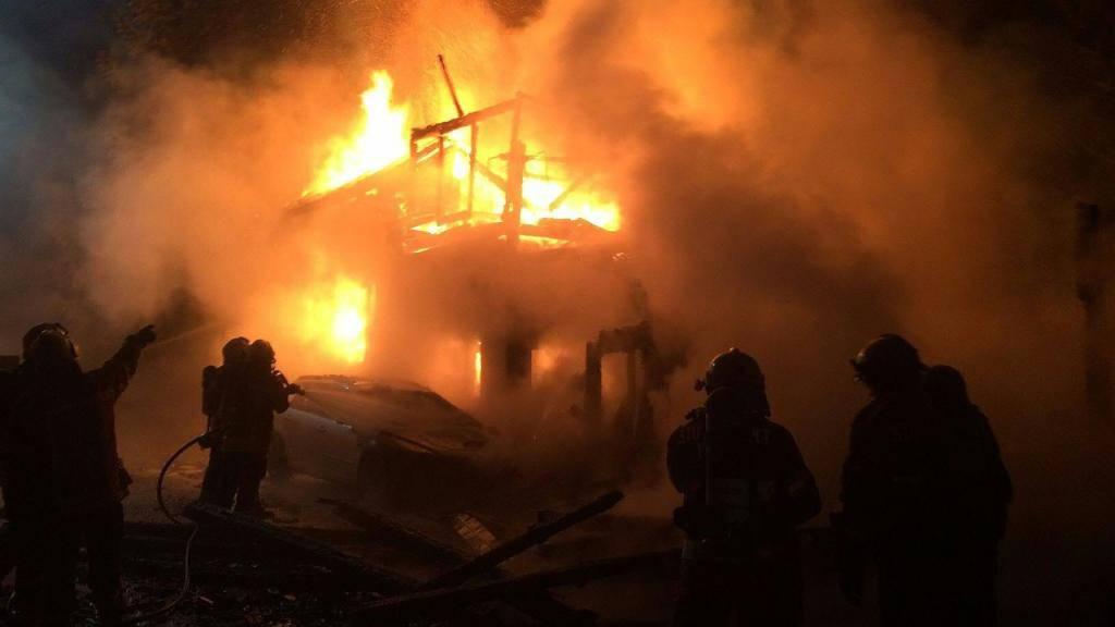 Flammeninferno: Ein Brand zerstörte in der Nacht auf Freitag ein Wohnhaus in Boswil AG. Beim Eintreffen der Feuerwehr stand das Haus bereits in Vollbrand.