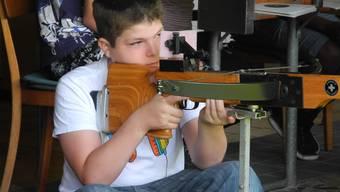 In Oberengstringen lernen bereits die Jungen, mit einer Armbrust umzugehen