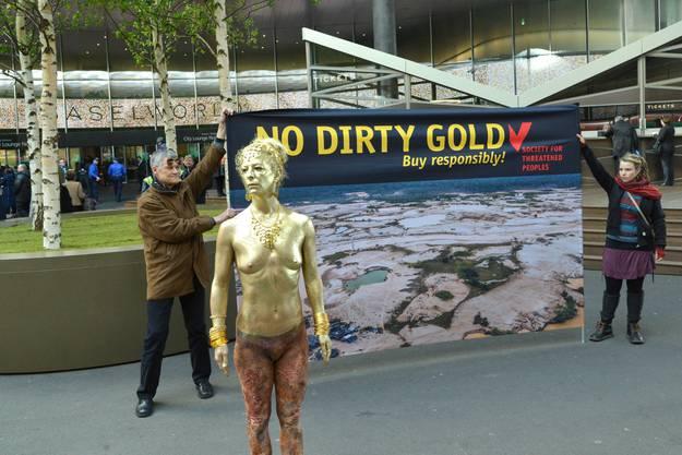 Die Menschenrechtsorganisation Gesellschaft für bedrohte Völker protestiert vor der Baselworld
