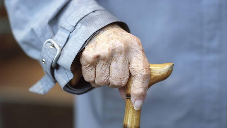 Frauen sollen künftig erst mit 65 Jahren in Rente gehen. Das schlägt der Bundesrat vor. Dank Ausgleichsmassnahmen werden die Frauen davon in den nächsten Jahren noch nicht viel spüren. (Symbolbild)