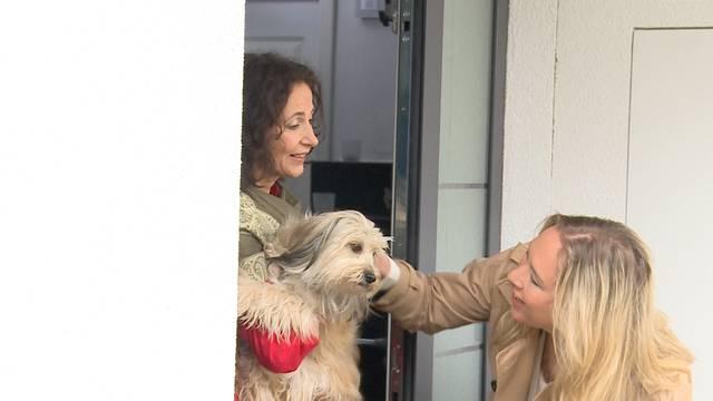 Carla Schauer bringt ihren Hund zu einer Kollegin.