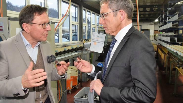 Regierungsrat Urs Hofmann (rechts) besucht die Interalloy AG in Schinznach-Bad; hier im Gespräch mit Carlo Ruffini, Geschäftsleiter