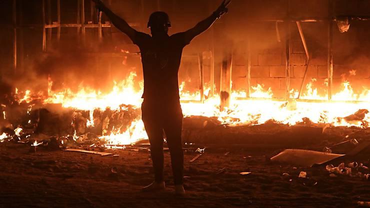 Brennende Häuser in der südostirakischen Metropole Basra.