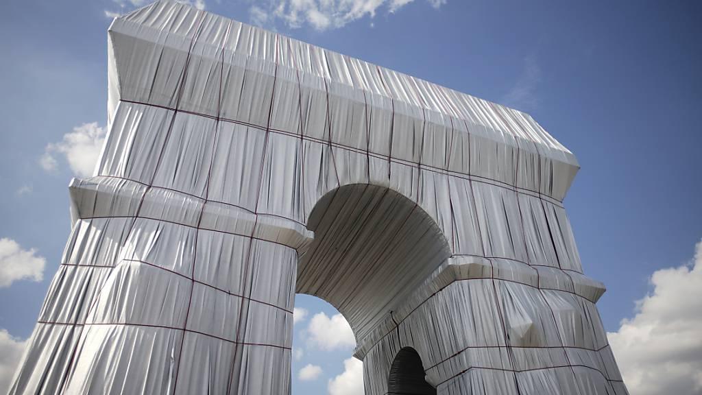 Viele Huntertausend Menschen haben den verhüllten Triumphbogen in Paris besichtigt. Foto: Markus Schreiber/AP/dpa