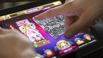 Die Polizei stellt mehrere Glücksspielgeräte fest. (Symbolbild)