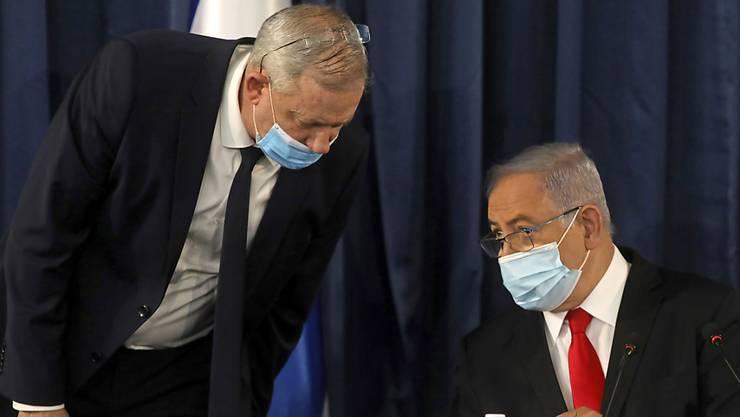 Benjamin Netanjahu (r), Premierminister von Israel, und Benny Gantz, Vorsitzender der Mitte-Bündnisses Blau-Weiß, während der wöchentlichen Kabinettssitzung. Foto: Menahem Kahana/Pool AFP/AP/dpa