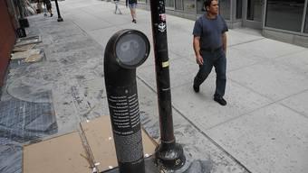 """Die """"Poetry Jukebox"""", in der Gedichte per Knopfdruck aus einem Lautsprecher verlesen werden, steht in der Gasse """"Extra Place"""" in New York."""