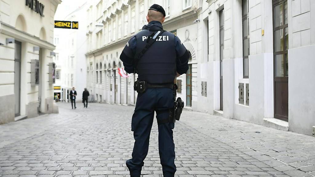 Mann bedroht Passanten mit Messer - Polizei schiesst