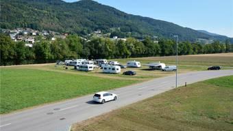 Ziehen ab: Am Donnerstag waren nur noch wenige Wohnwagen auf dem vorher deutlich höher belegten Feld (siehe Bild rechts) zu sehen.